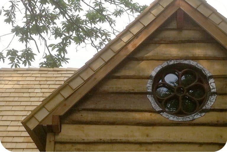 Recup antiek raamwerk als blikvanger in houten gevel